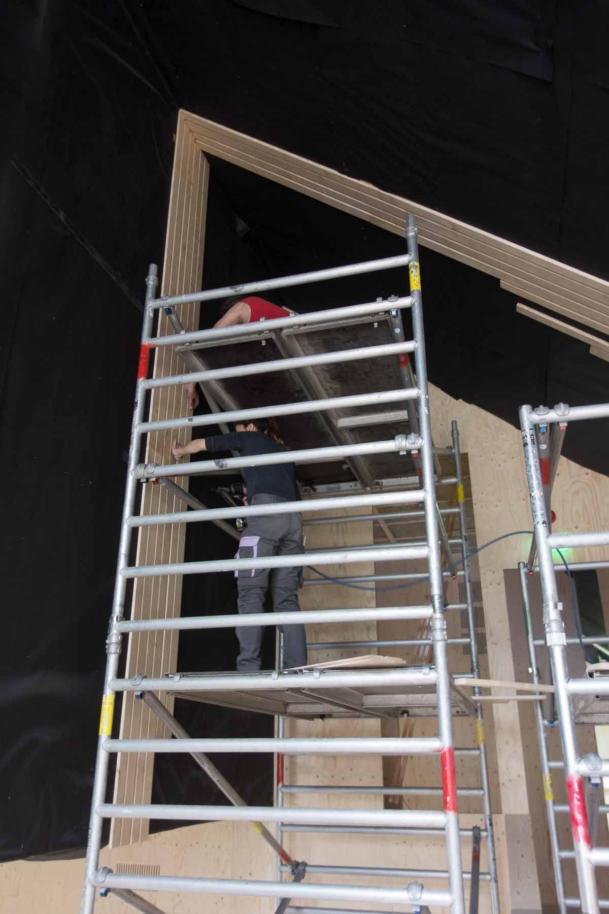 Het aftimmeren van de plafonds van het Houtstek door vrijwilligers is begonnen